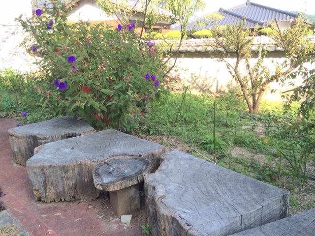庭で花を見ながら休めるベンチ