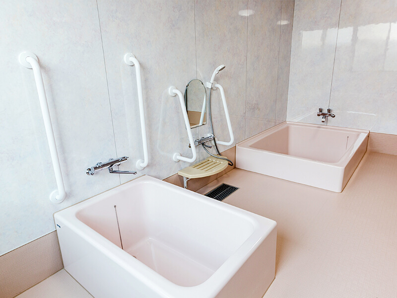 手すり・補助具もある浴室